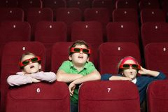 Verraste kinderen bij de bioskoop stock afbeelding