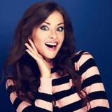 Verraste make-upvrouw die met geopende mond en grote ogen Ha houden Royalty-vrije Stock Afbeelding