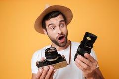 Verraste mens die grote lens voor camera bekijken royalty-vrije stock afbeelding