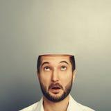 Verraste mens die omhoog zijn open leeg hoofd bekijken stock foto's