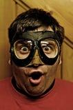 Verraste mens met vliegende beschermende brillen Royalty-vrije Stock Foto's
