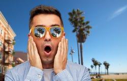 Verraste mens in zonnebril over het strand van Veneti? royalty-vrije stock fotografie