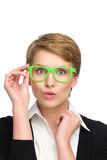 Verraste mooie jonge vrouw in groene glazen. Royalty-vrije Stock Fotografie