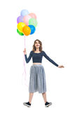 Verraste mooie vrouw die kleurrijke ballons houden en F hebben Royalty-vrije Stock Foto