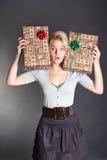 Verraste mooie vrouw die twee giftdoos houdt Stock Foto's