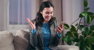 Verraste onderneemster die mobiele telefoon thuis met behulp van stock video