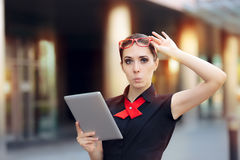 Verraste Onderneemster met PC-Tablet en Rode Glazen Stock Fotografie