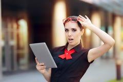 Verraste Onderneemster met PC-Tablet en Rode Glazen Stock Afbeelding