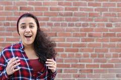 Verraste opgewekte gelukkige gillende vrouw Vrolijke die meisjeswinnaar over het winnen met grappige blije gezichtsuitdrukking wo Royalty-vrije Stock Afbeeldingen