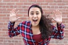 Verraste opgewekte gelukkige gillende vrouw Vrolijke die meisjeswinnaar over het winnen met grappige blije gezichtsuitdrukking wo Stock Foto's