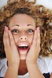 Verraste opgewekte vrouw Stock Fotografie