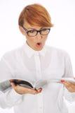 Verraste vrouw die de krant lezen Royalty-vrije Stock Afbeelding
