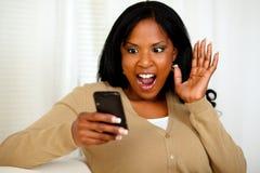 Verraste vrouw die een bericht leest Royalty-vrije Stock Fotografie