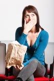Verraste vrouw die mond behandelt met hand Royalty-vrije Stock Afbeeldingen