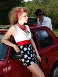 Verraste vrouw en gebroken auto Stock Foto