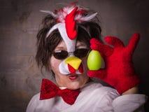 Verraste vrouw met ei in kippenkostuum Royalty-vrije Stock Foto's