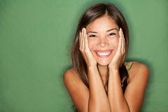 Verraste vrouw op groene achtergrond. Stock Afbeeldingen