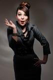 Verraste vrouw over donkere achtergrond Royalty-vrije Stock Foto's