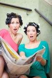 Verraste vrouwen door krant te lezen Stock Foto