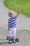 Verraste weinig jongen die aan de hemel tonen Stock Foto's