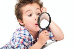 Verraste weinig jongen met bizar stock fotografie