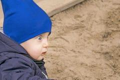 Verraste weinig jongen met met open ogen Royalty-vrije Stock Foto