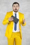 Verraste zakenman met een in hand steekpenning Royalty-vrije Stock Foto's