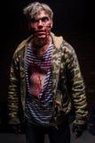 Verraste zombie in vuile, haveloze kleren stock foto's