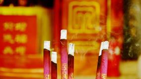 Verrauchter brennender Weihrauch, im Tempel stock video