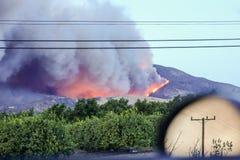 Verrauchtes Elend, Süd-Kalifornien feuert noch brennen ab trockenes Klima bei Thailand Bewegliches Auto, Rauchspur im Hintergrund Lizenzfreie Stockfotografie