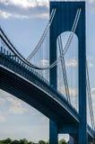 Verrazano - puente de los estrechos en NYC en el tiempo del día Fotos de archivo