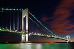 Verrazano-trånga passet överbryggar, New York på natten Arkivbilder