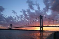 Verrazanobrug bij zonsondergang in New York Stock Fotografie