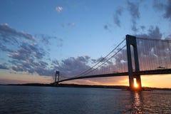 Verrazanobrug bij zonsondergang in New York Stock Afbeeldingen