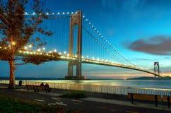 Verrazzano狭窄跨接在日落在布鲁克林,纽约 库存图片