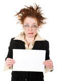 Verrückte Geschäftsfrau, die ein whiteboard anhält Lizenzfreie Stockfotografie