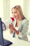 Verrückte Geschäftsfrau, die im Megaphon schreit Stockbilder