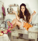 Verrückte Hausfrau der wirklichen Frau auf der Küche, das Perfoming essend, bizare Mädchen Stockbild
