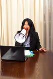 Verrückte Managerfrau, die im Megaphon schreit Lizenzfreie Stockfotos
