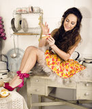 Verrückte Schönheit Brunettehausfrau auf dem Küchenkochen Stockbilder