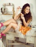 Verrückte Schönheit Brunettehausfrau auf dem Küchenkochen Stockfoto