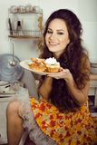 Verrückte wirkliche Hausfrau auf dem lächelnden Essen der Küche Stockfotos