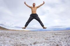 Verrückter Mann, der mit Freude springt Lizenzfreies Stockfoto