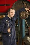Verrückter Mechaniker, der die Bremsen repariert Lizenzfreies Stockbild