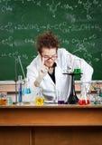 Verrückter Professor bildet Aufmerksamkeitsgeste Stockbild