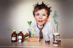 Verrückter Wissenschaftler. Junge, der Experimente durchführt Lizenzfreie Stockbilder