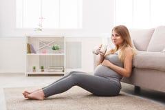 verre à boire de femme enceinte de lait Images libres de droits
