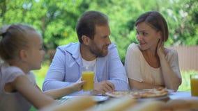 Verre à boire de fille de jus d'orange frais, boisson organique sans sucre pour des enfants banque de vidéos