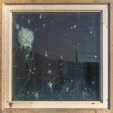 Verre à l'épreuve des balles avec les tirs et la coupure d'arme à feu photographie stock libre de droits