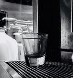 Verre à liqueur au café images libres de droits